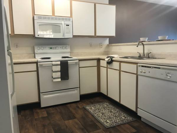 Photo LARGE ONE BD ONE BATH WITH BALCONY READY 520 CALL TODAY