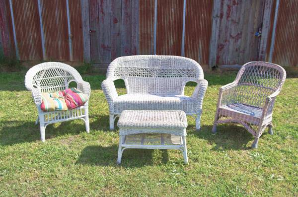 Photo WHITE WICKER Patio Set Loveseat, 2 chairs and Table Read Plz - $150 (Lexington NC)
