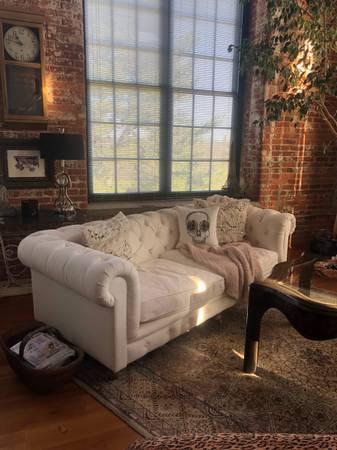 Photo Chesterfield White Sofa - $500 (Greenville)