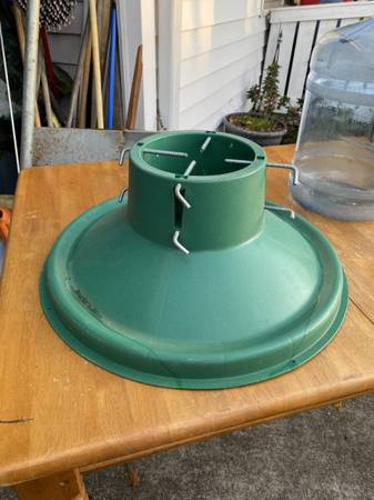 Photo Free Green Plastic Tree Stand for Live Tree (Greenville)