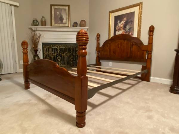 Photo Queen Bed - (Poster) -HB, FB, Rails and Slats - Excellent Condition - $365 (Easley SC)
