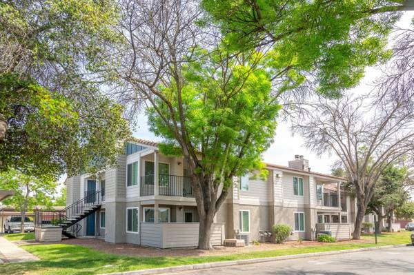 Photo Renovated Top Floor One Bedroom Ready End Of June. (580 West Fargo Avenue, Hanford, CA)