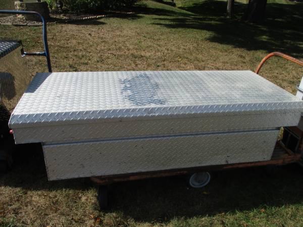 Photo LARGE cross over truck aluminum tool box - $180 (Mifflin)