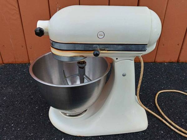 Photo Vintage KITCHEN AID K45 10 speed white mixer with tilt head - $80 (Enola)