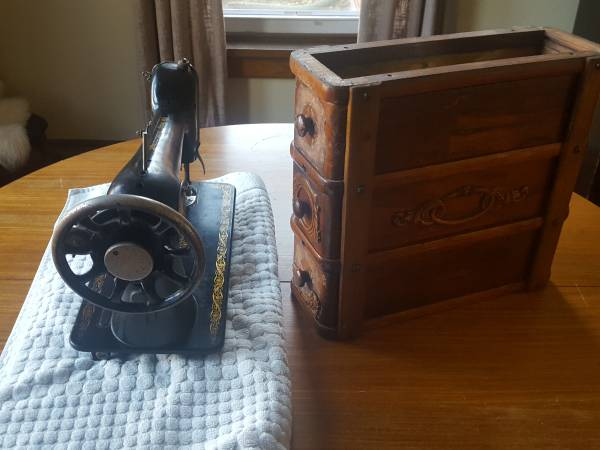 Photo Vintage Push Pedal Singer Sewing Machine with 1 Wooden Side Drawer - $20 (Mechanicsburg)