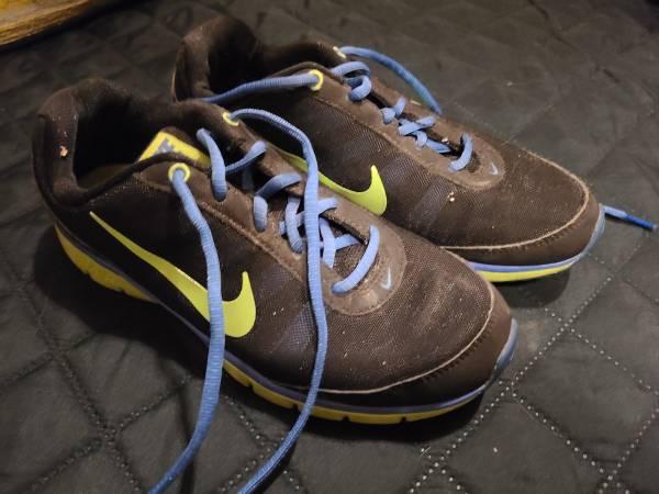 Photo Womens Nike like new sz 7 sneakers - $5 (Harrisburg)