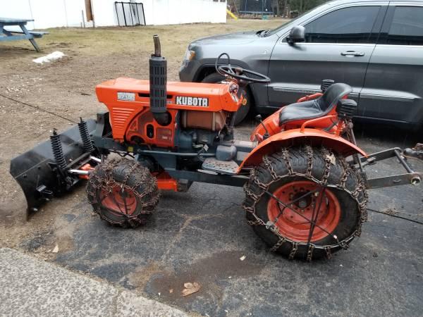 Photo 81 kubota b7100 with hydraulic plow - $5200 (Bristol)
