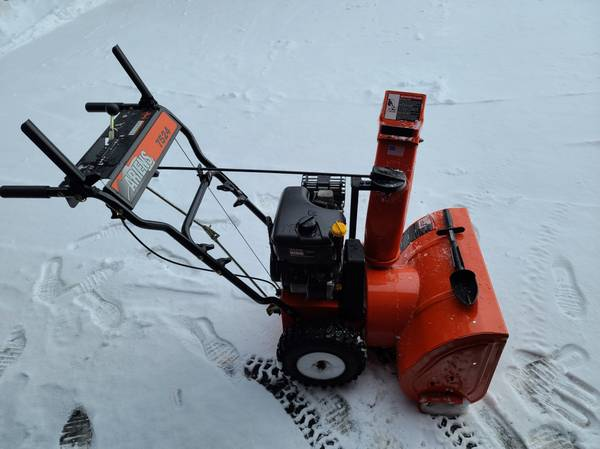 Photo Ariens snow blower ST7524E 24quot clearing width, 7.5hp Tecumseh 4 cycl - $550 (WINDSOR)