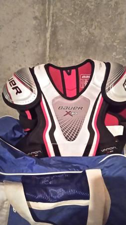 Photo Bauer hockey shoulder pads - $25 (Willington)