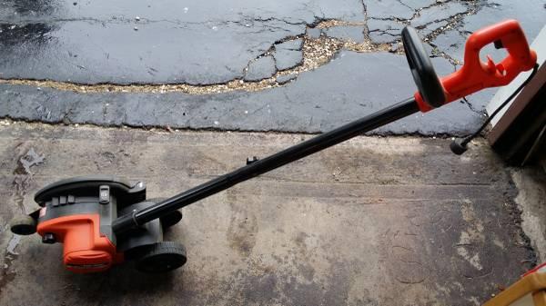 Photo Black  Decker Edger with 4 new blades - $100 (Glastonbury)