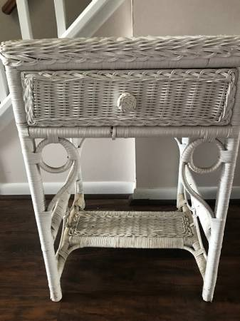 Photo White wicker night standend table - $40 (Cromwell)