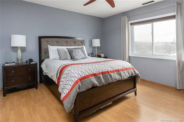 Photo Why pay high rent prices when you can own this beautiful unit (Derby, CT)