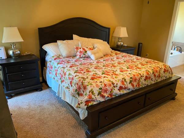 Photo Dark Brown King Ashley Furniture Bedroom Set - $1,500 (Petal)
