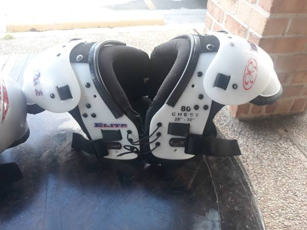 Photo YOUTH Football SHOULDER PADS - $29 (NEW ORLEANS. Gen de Gualle corridor)