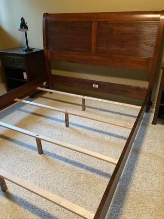 Photo Ethan Allen British Classics Queen Wooden Bed - $500 (Helena)