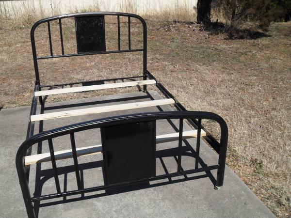 Photo Antique Full Size Black Iron Bed - $110 (Morganton)