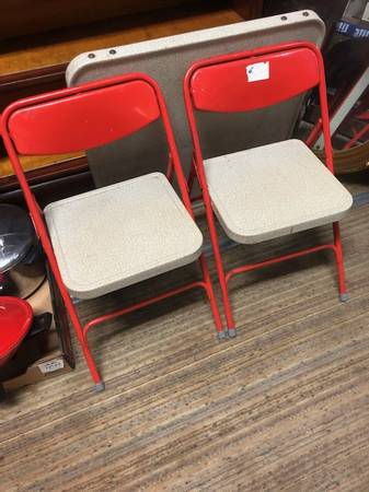 Photo VINTAGE SAMSONITE TODDLER TABLE2CHAIRS - $50 (MARION)