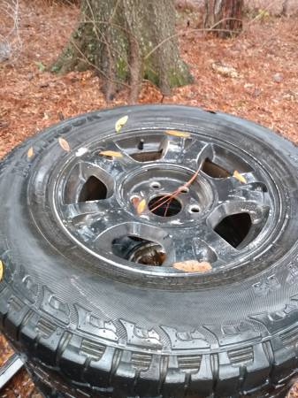 Photo 2003 Chevy avalanche stock rims - $110 (Beaufort)