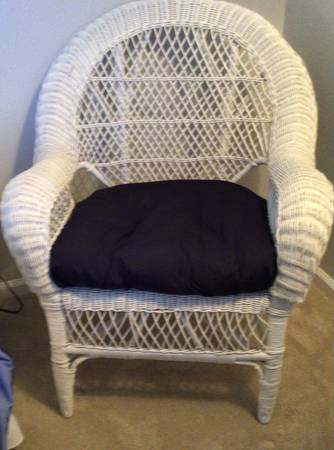Photo Beautiful Indoor White WICKER Arm Chair - $75 (Bluffton, SC)
