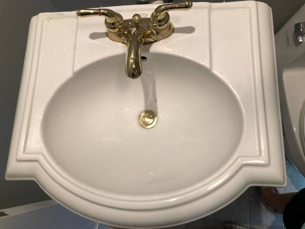 Photo Kohler Pedestal Sink, Faucet, Towel Rack - $90 (Hilton Head Island)