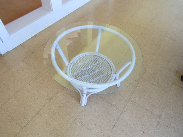Photo Round white wicker coffee table with glass top - $40 (RIDGELAND)