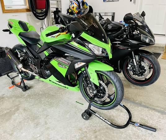 Photo 2013 Kawasaki Ninja 300 SPECIAL EDITION ABS 3600 miles  Like CBR R3 - $3,750 (Grand Rapids)