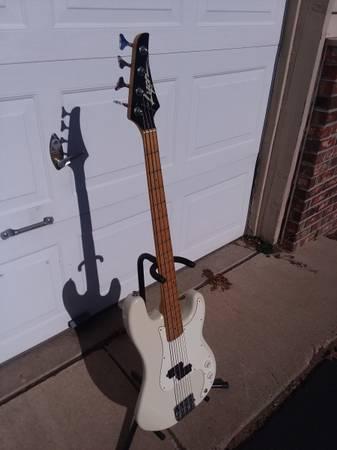 Photo Lyon 4string bass guitar - $125 (Kalamazoo)