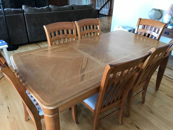 Photo Oak dining table and 6 chairs - $250 (Saugatuck twp)