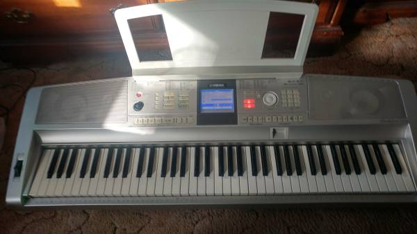 Photo Yamaha DGX 305 Keyboard - $460 (Holland)