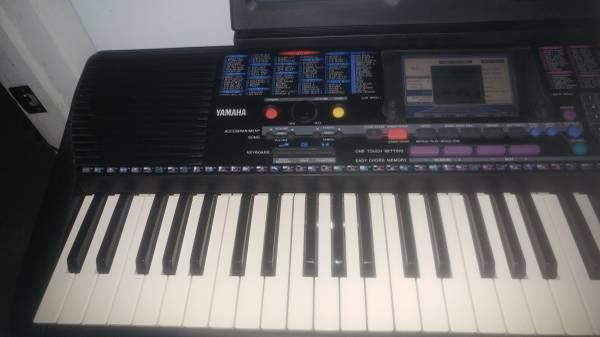 Photo Yamaha PSR-220 Keyboard with Stand - $150