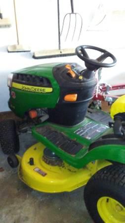Photo John Deere lawn tractor - $1,600 (Gautier)