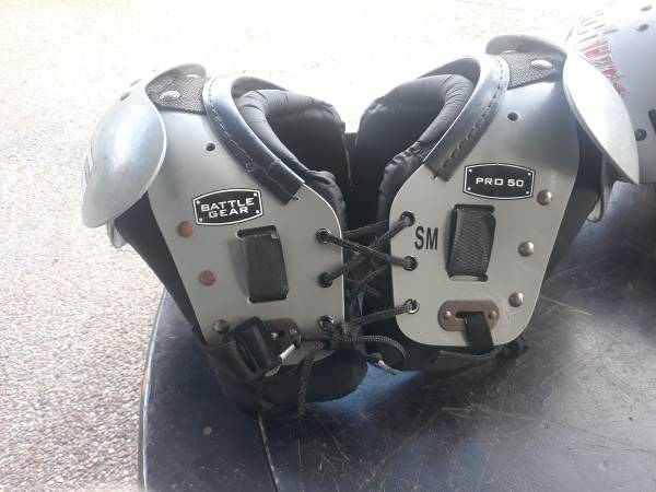Photo Kid Football Shoulder pads SM - $21 (AlgiersGen de Gualle Corridor)