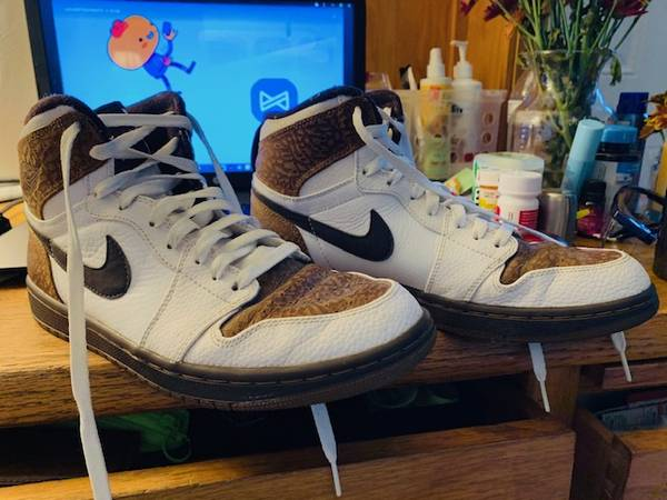 Photo Size 9 Air Jordans by Nike Mid Reduced - $20 (Kenner)