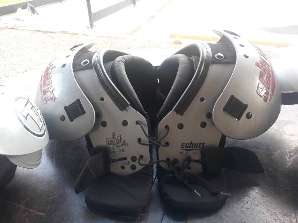Photo Youth FOOTBALL Shoulder Pads - $34 (AlgiersGen de Gualle Corridor)