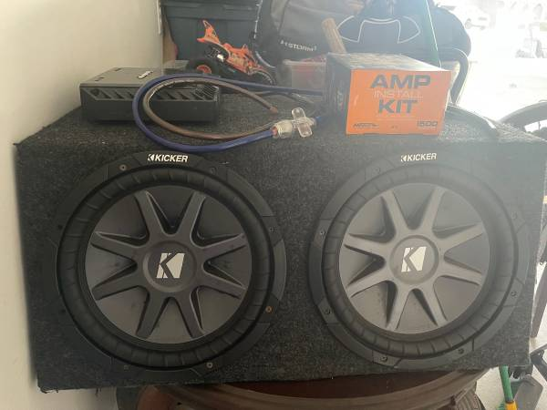 Photo BARELY USED KICKER SUBS AND ROCKFORD FOSGATE AMP FOR SALE - $650 (League City)
