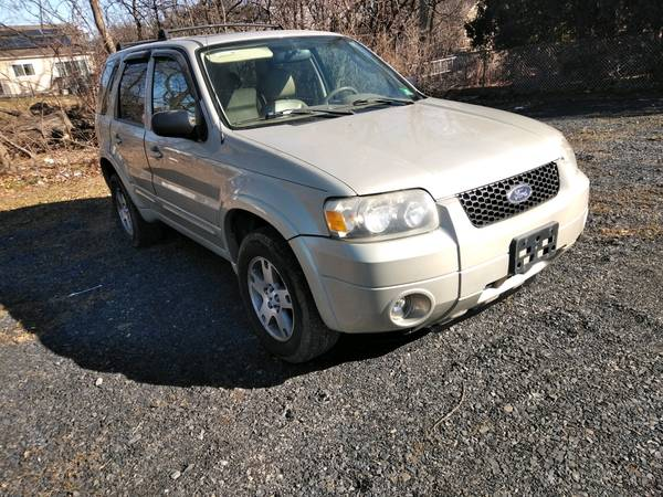 Photo 05 escape awd limited - $2500 (Newburgh. By taco bell)