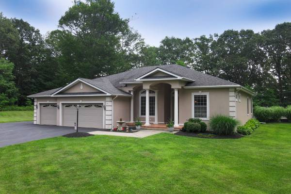 Photo Country Club Living in this Custom Ranch w Pool (Newburgh)