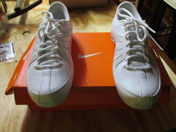 Photo Nike Womens Cheer Leader Sneakers - $20 (Goshen)