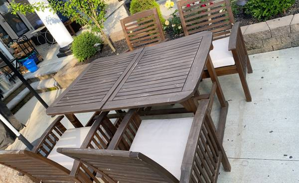 Photo Pier 1 imports outdoor Acacia dining table and 4 chairs - $275 (Gardiner)