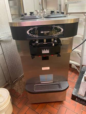 Photo TAYLOR C723-27 Ice Cream Machine 1PH Water Cooled - $3500 (Wappinger Falls)