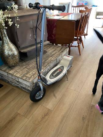 Photo RAZOR ELECTRIC SCOOTER - $175 (EUREKA)