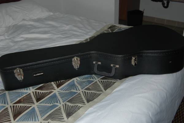Photo Road Runner Guitar Case - $75 (Crescent City)