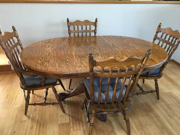 Photo Solid Oak Dining Table w 4 chairs 48 72w leaf - $400 (Arcata)