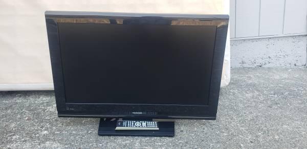 Photo Toshiba 32quot TV with remote $40 obo - $40 (Rio Dell)