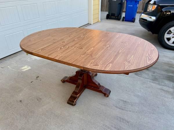 Photo Wood, pedestal dining table with veneer top, 2 leaves - $100 (McKinleyville)