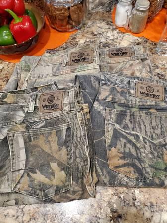 Photo mens camo wrangler jeans - $40 (Eureka)
