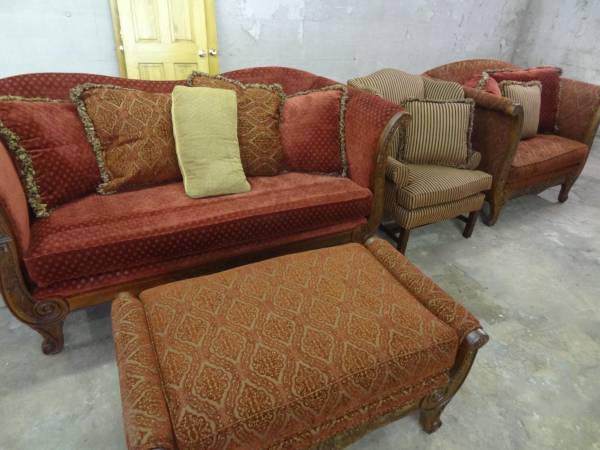 Photo EXPENSIVE COUCH LOVESEAT CHAIR OTTOMAN SET VERY NICE - $500 (SOUTH POINT, OHIO)