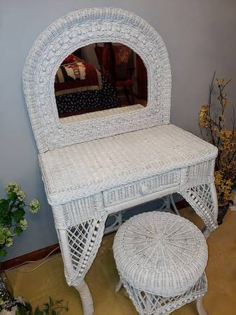 Photo Vintage White Wicker Dressing Table - $125 (ASHLAND)