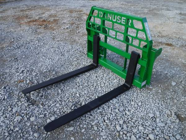 Photo John Deere Tractor Attachment - 48quot Pallet Forks 600 700 Series - $895 (BROWNSBORO)