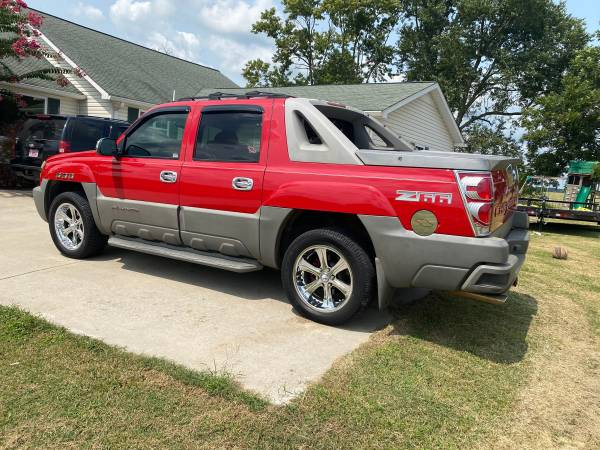 Photo Sharp 2003 loaded Chevy avalanche - $5,500 (Cullman)
